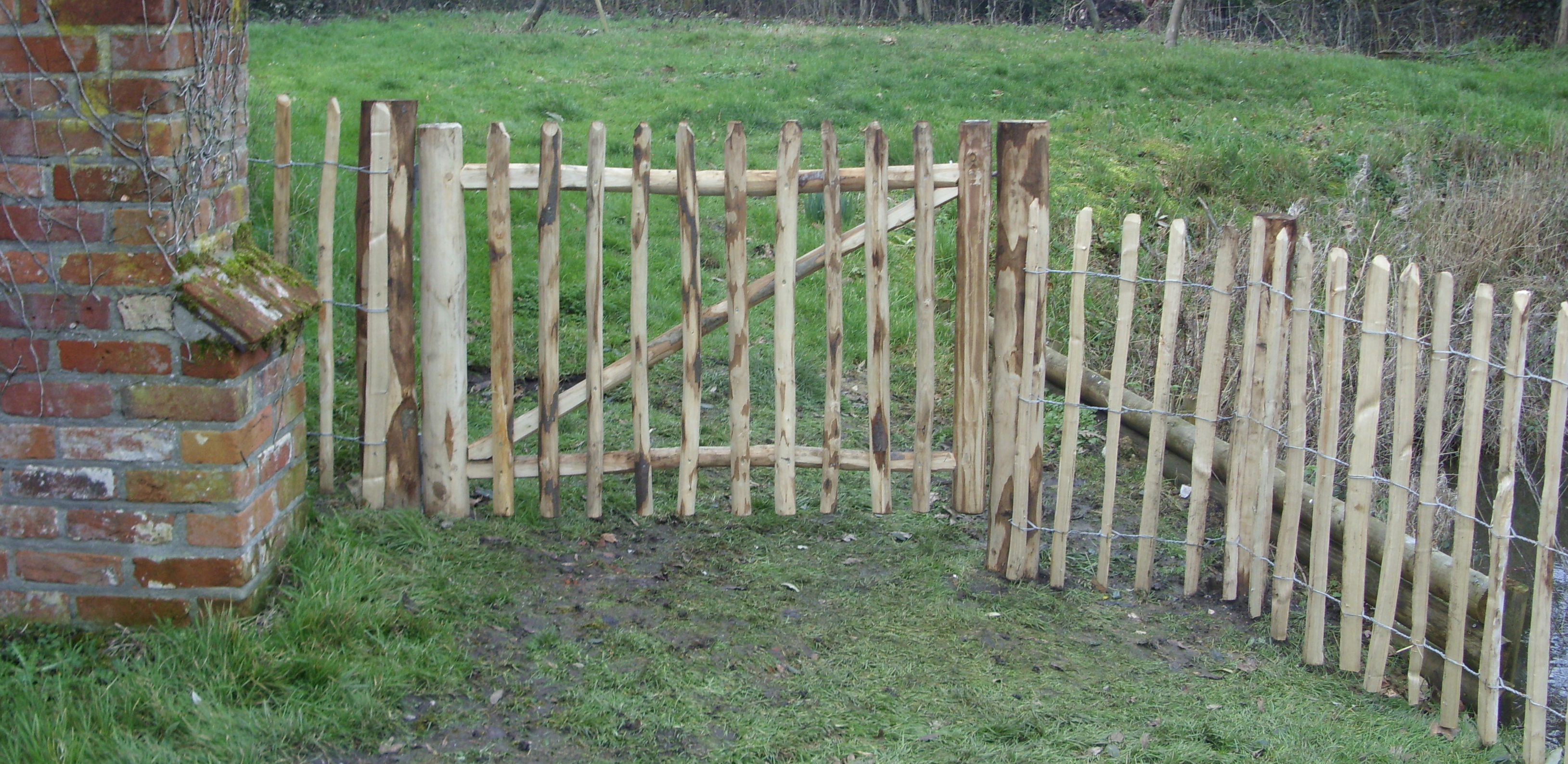 Chartwell gate with chestnut pale fencing